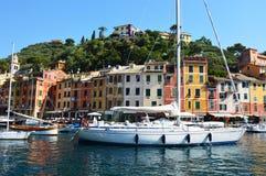 菲诺港,意大利- 2017年6月13日:有五颜六色的房子、豪华小船和游艇的美好的菲诺港全景在一点海湾harb 免版税库存图片