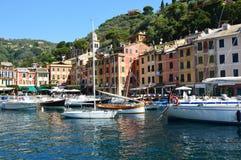 菲诺港,意大利- 2017年6月13日:有五颜六色的房子、豪华小船和游艇的美好的菲诺港全景在一点海湾harb 免版税库存照片
