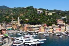 菲诺港,意大利- 2017年6月13日:菲诺港镇壮观的全景有它的港口的有游艇和小船的,菲诺港, Liguri 免版税图库摄影