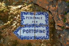 菲诺港,意大利- 2017年6月13日:陶瓷标志Pedonale每菲诺港,在峭壁的走的足迹从Paraggi向菲诺港 免版税库存照片