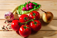 萝卜、蕃茄、葱、绿色、大蒜草本和香料在木背景 库存图片