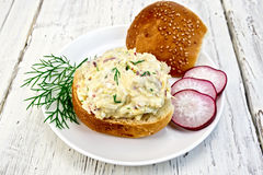 萝卜和乳酪开胃菜在小圆面包在板材 免版税库存图片