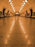 萤光金黄照明设备没人地铁隧道 库存图片