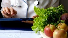 营养师妇女文字使用片剂个人计算机的饮食计划 股票视频