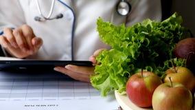 营养师妇女文字使用片剂个人计算机的饮食计划 股票录像