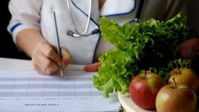 营养师妇女文字在充分桌上的饮食计划水果和蔬菜 股票视频