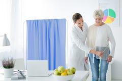 营养师测量的妇女` s身体电路 免版税库存照片