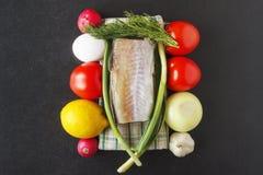 营养盘的粮食从成熟未加工的蔬菜、鸡蛋和海鲜 在黑背景的健康食物概念 顶视图 复制 库存照片