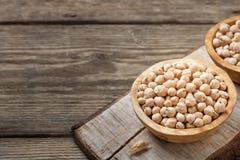 营养素密集的食物-在碗的未加工的鸡豆五谷在一张木土气桌上 库存图片