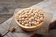 营养素密集的食物-在碗的未加工的鸡豆五谷 库存图片