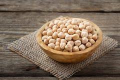 营养素密集的食物-在碗的未加工的鸡豆五谷 免版税库存图片