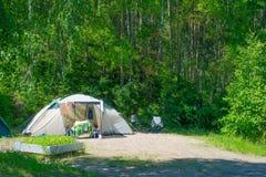 营地在夏天森林里 免版税图库摄影