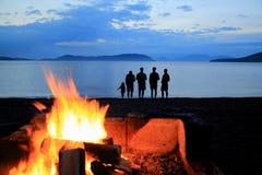 营火日落海滩现出轮廓华盛顿公园Anacortes华盛顿 库存照片