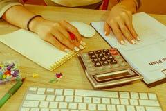 经营计划,计算器,在桌上的美元钞票 免版税库存图片