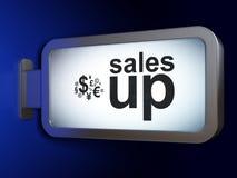 营销概念:销售上升并且提供经费给在广告牌背景的标志 免版税库存照片