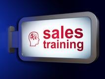 营销概念:销售培训和头有财务标志的在广告牌背景 免版税库存照片