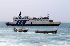 经营离开Dar el萨拉姆市海湾,坦桑尼亚,非洲的小船 免版税库存照片