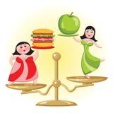 营养选择和饮食 在等级的两名妇女立场 一拿着一个苹果,另一个汉堡包 免版税图库摄影