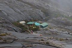 萨亚sayat小屋在开始攀登的最剧烈的部分之前的检验站往低` s峰顶的 图库摄影
