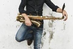 萨克斯管交响乐音乐家爵士乐仪器概念 库存图片