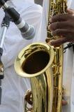 萨克斯管吹奏者使用 免版税库存照片
