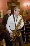萨克斯管吹奏者,音乐家流行音乐小组鸡尾酒,亚历山大Mazurov 库存图片
