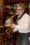 萨克斯管吹奏者,音乐家流行音乐小组鸡尾酒,亚历山大Mazurov 图库摄影