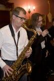 萨克斯管吹奏者,音乐家流行音乐小组鸡尾酒,亚历山大Mazurov 库存照片