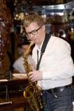 萨克斯管吹奏者,音乐家流行音乐小组鸡尾酒,亚历山大Mazurov 免版税图库摄影