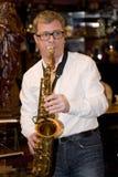 萨克斯管吹奏者,音乐家流行音乐小组鸡尾酒,亚历山大Mazurov 免版税库存照片