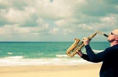 萨克斯管吹奏者 免版税库存照片