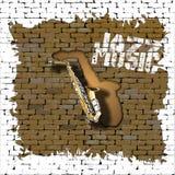 萨克斯管在一个老砖墙上的爵士乐 免版税库存图片