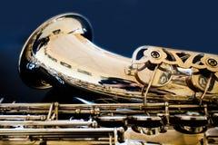 萨克斯管进程 木管乐器古典仪器 爵士乐,蓝色,经典之作 音乐 在黑背景的萨克斯管 黑镜子surfac 免版税库存照片