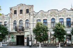 萨兹兰`,俄罗斯- 8月, 16,2016 :在城市的中央街道上的老腐朽的房子 库存图片