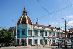 萨兹兰`,俄罗斯- 8月, 16,2016 :有一个圆顶的美丽的老蓝色房子在城市的中央街道上 免版税库存图片