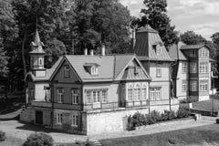 萨列马岛,爱沙尼亚- Juliy豪华17 2016个舒适老木的房子 免版税库存图片