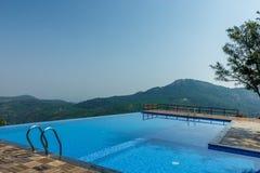 萨利姆, Yercaud,印度, 2017年4月29日:在小山驻地顶部的游泳池 图库摄影