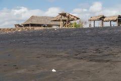 萨努尔,巴厘岛/印度尼西亚- 09 24 2015年:与黑火山的沙子的公开海滩 库存图片