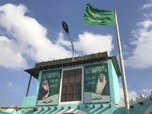 萨勒曼国王权利的图片和在一个大厦之外的皇太子在Taif, Makkah,沙特阿拉伯 库存照片