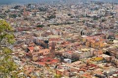 萨卡特卡斯州,五颜六色的殖民地镇鸟瞰图  图库摄影