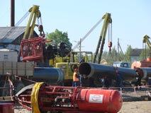 萨哈林岛,俄罗斯- 2014年11月12日:气体管道的建筑在地面的 免版税库存照片