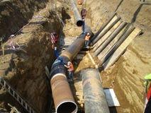 萨哈林岛,俄罗斯- 2014年11月12日:气体管道的建筑在地面的 库存图片
