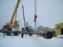 萨哈林岛,俄罗斯- 2014年11月12日:气体管道的建筑在地面的 免版税库存图片