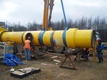 萨哈林岛,俄罗斯- 2014年11月12日:气体管道的建筑在地面的 图库摄影