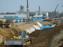萨哈林岛,俄罗斯- 2014年11月12日:气体管道的建筑在地面的 免版税图库摄影