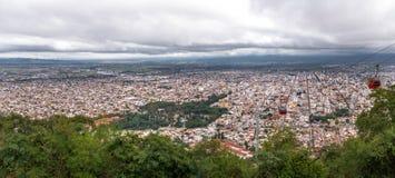 萨尔塔市和缆车鸟瞰图从塞罗圣伯纳德观点-萨尔塔,阿根廷 免版税库存图片