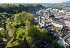 萨尔察赫河河和老城市的顶视图在萨尔茨堡,奥地利的中心 库存图片