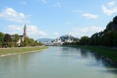 萨尔察赫河河的老城市在萨尔茨堡在奥地利 免版税库存照片