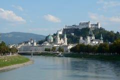 萨尔察赫河河的老城市在萨尔茨堡在奥地利 库存照片