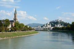 萨尔察赫河河的老城市在萨尔茨堡在奥地利 免版税库存图片